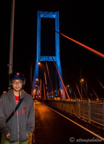 curi-curi foto di atas Jembatan Suramadu