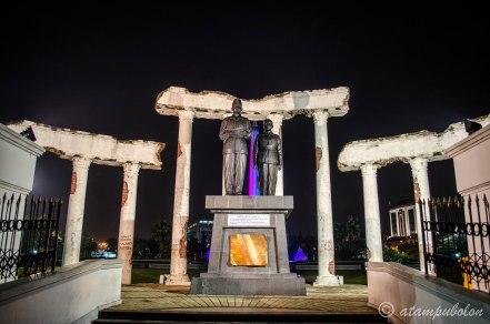 patung proklamator Indonesia di dengan latar belakang Tugu Pahlawan