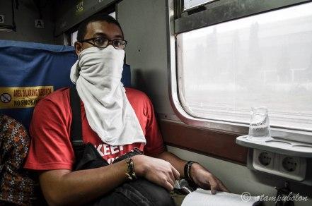 dengar masker ala kadarnya - warna putih di luar jendela adalah debu yg diterbangkan angin