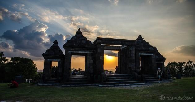 matahari terbenam di Candi Ratu Boko