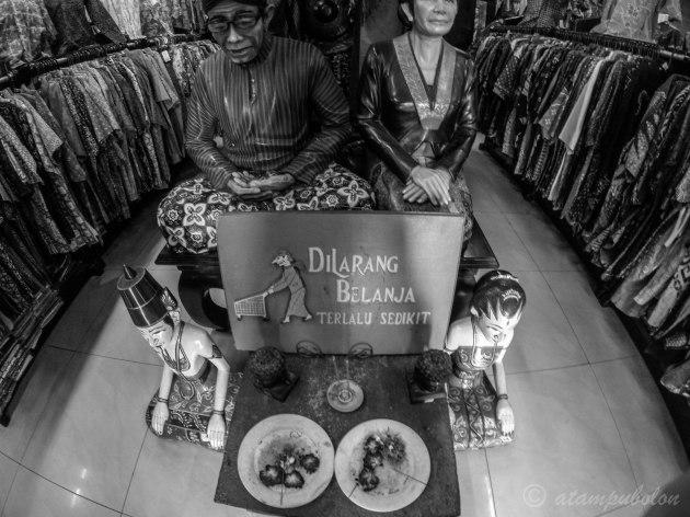 patung selamat datang di Mirota Batik