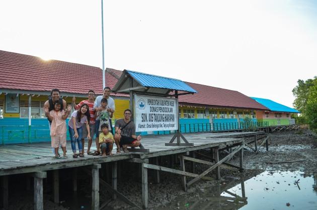 pagi hari di depan SD Desa Selengot