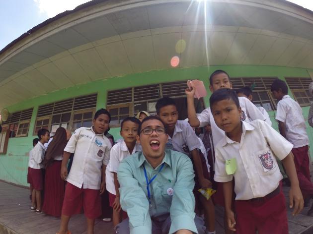 bersama anak-anak SDN07 Pepara