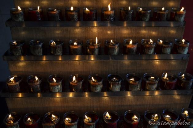 Kerzen in den Schrein